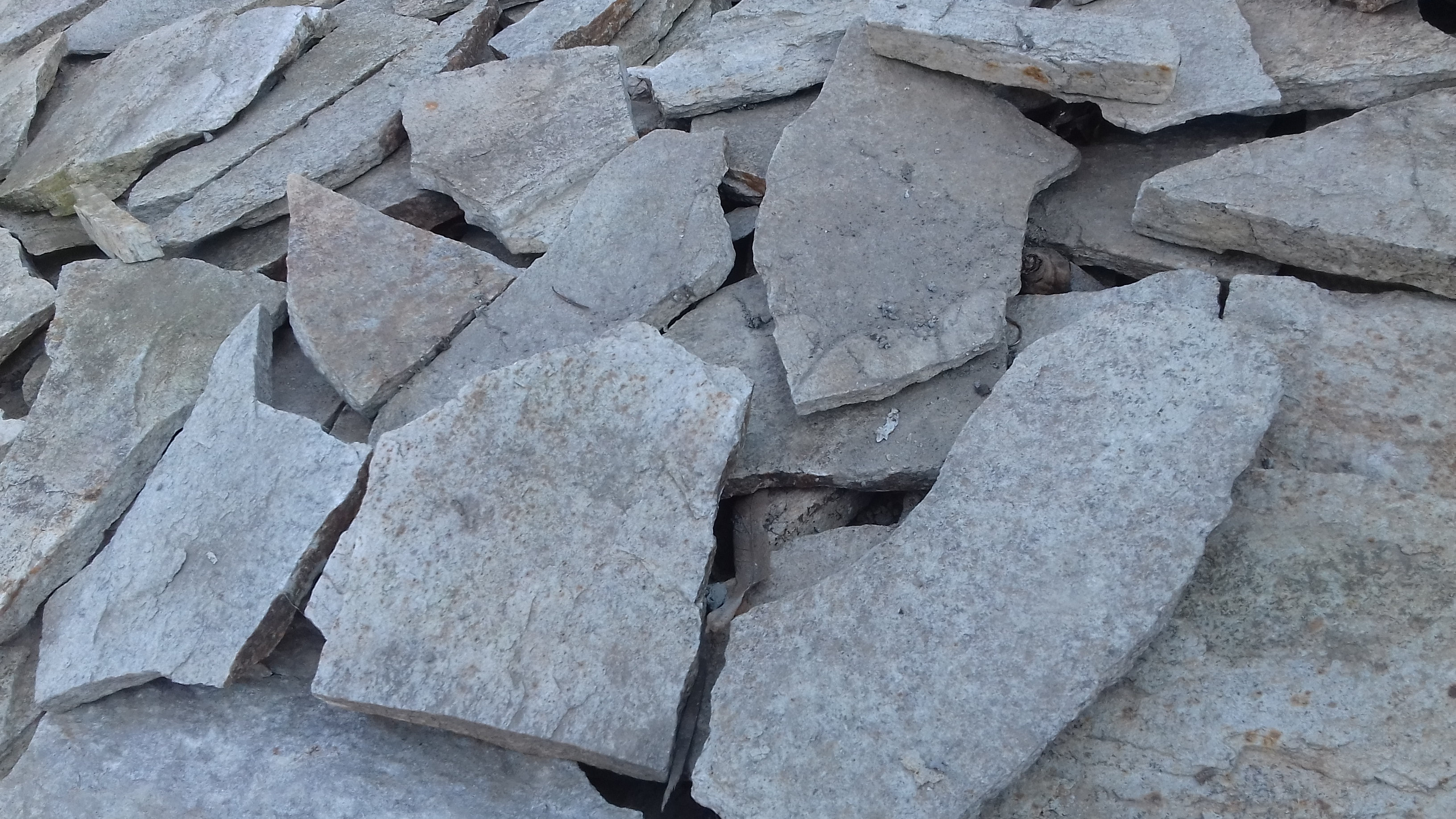 Piatra pentru pavat dimensiuni neregulate – 28 RON