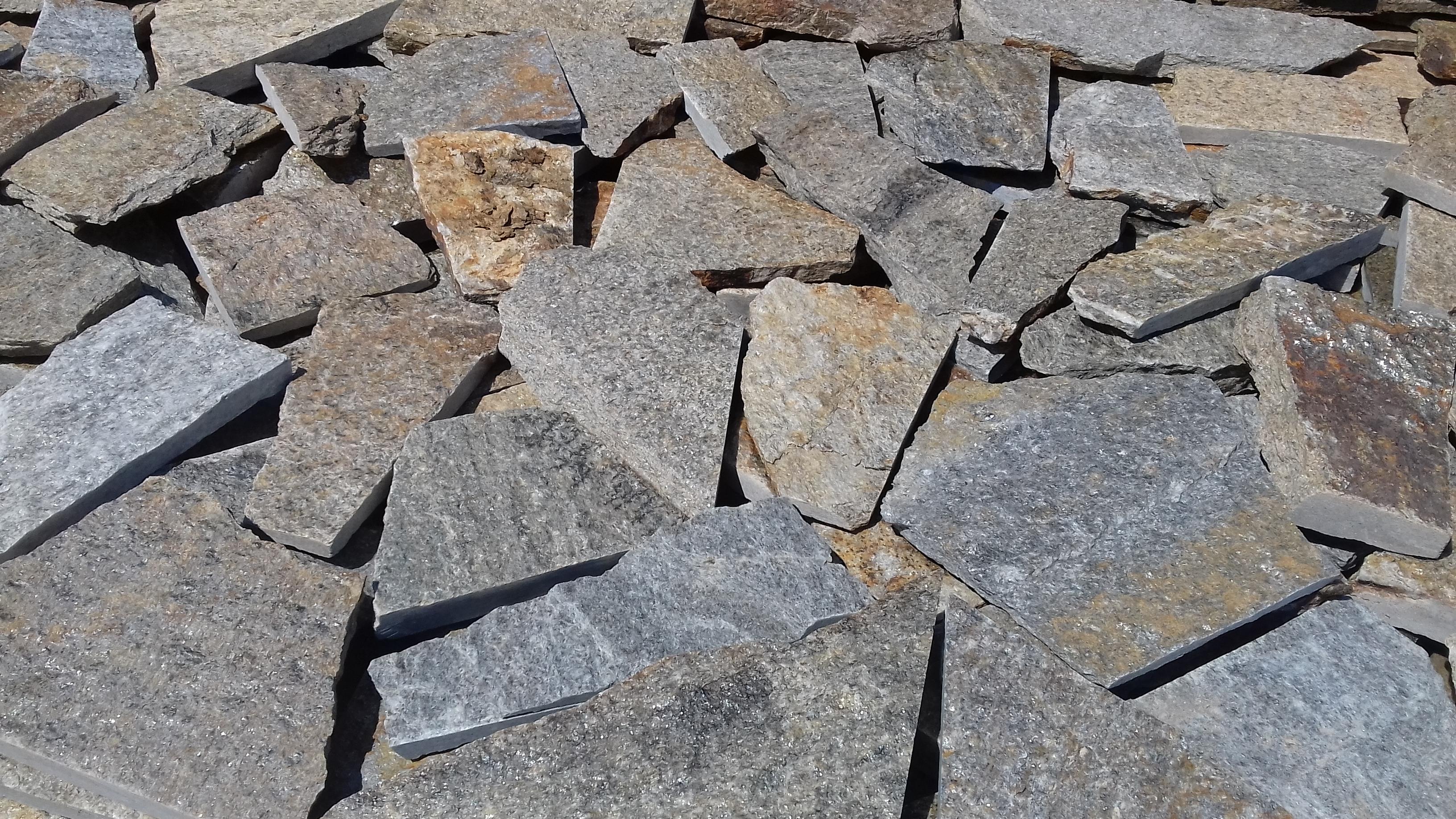 Piatra naturala cu o muchie dreapta – 28 RON